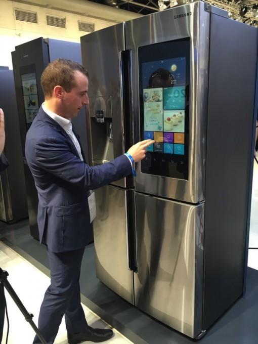 L'écran tactile du réfrigérateur-congélateur connecté Family Hub peut même jouer vos morceaux de musique préférés