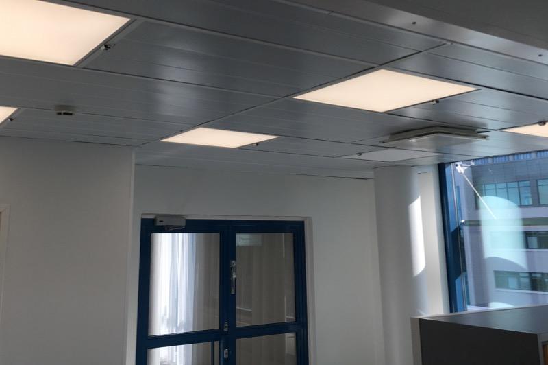 Les plafonds sont équipés de capteurs de présence et de lumière Helvar