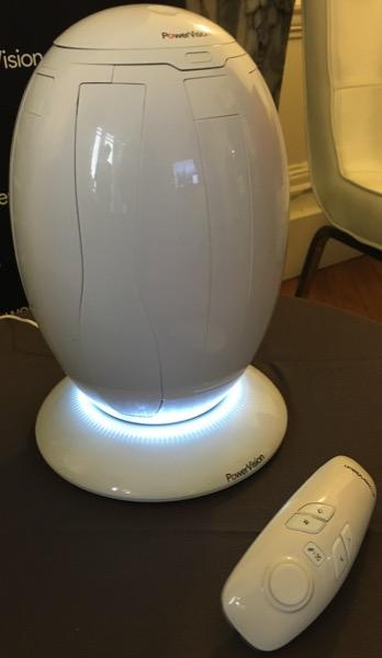 Le PowerEgg est fourni avec un socle qui s'illumine et deux télécommandes, ici la version gestuelle