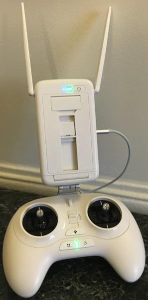 La télécommande standard dispose d'une antenne WiFi conséquente, qui permet d'y attacher un Smartphone