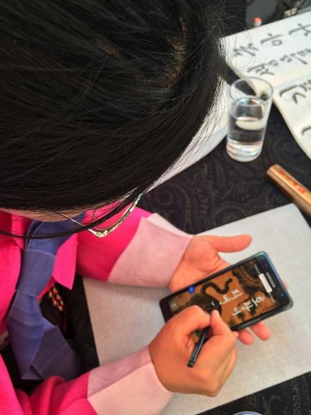 Démonstration de calligraphie en direct sur l'écran du Note 7 grâce au stylet S Pen