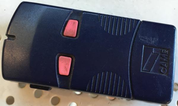 La deuxième télécommande de marque CAME, n'utilise qu'une des deux touches